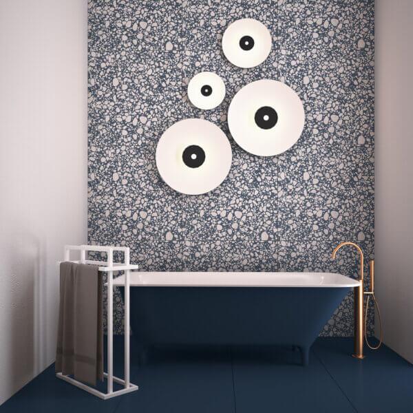 wizualizacja łazienki przedstawiająca wannę, oraz biały wieszak na ręczniki