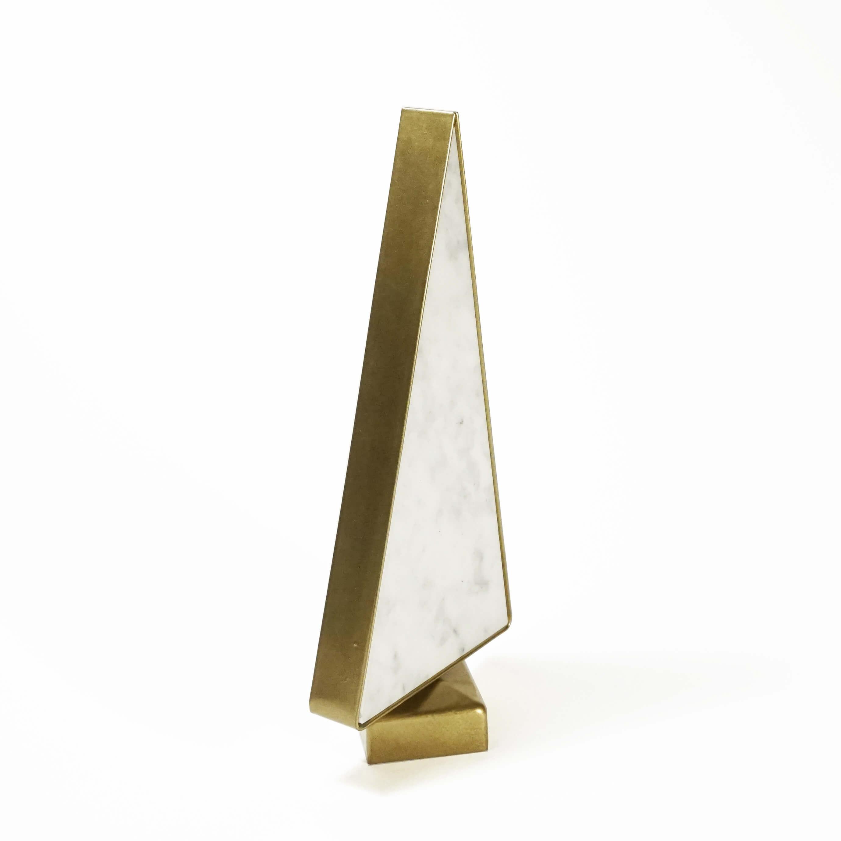 Ozdoba w kształcie choinki wykonana z białego marmuru i stali malowanej proszkowo na złoto