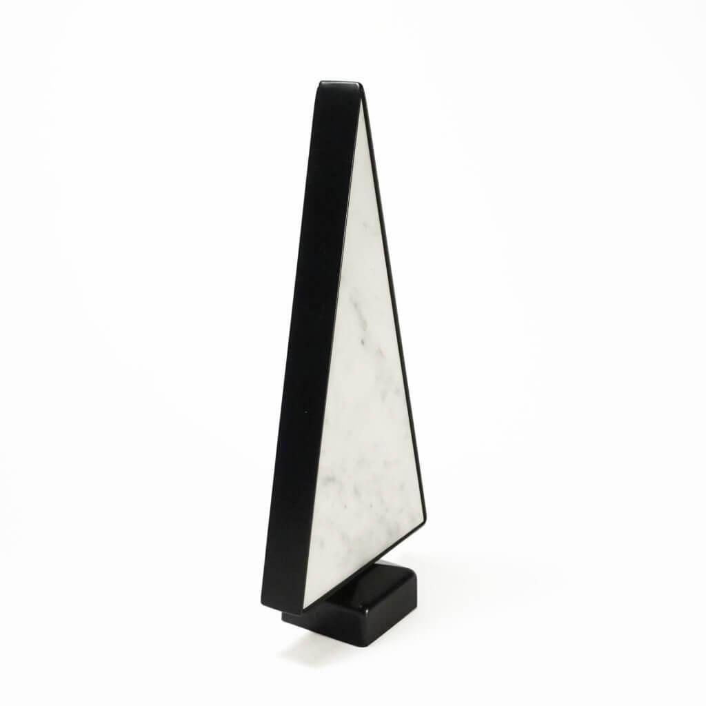 Ozdoba w kształcie choinki wykonana z białego marmuru i stali malowanej proszkowo na czarno