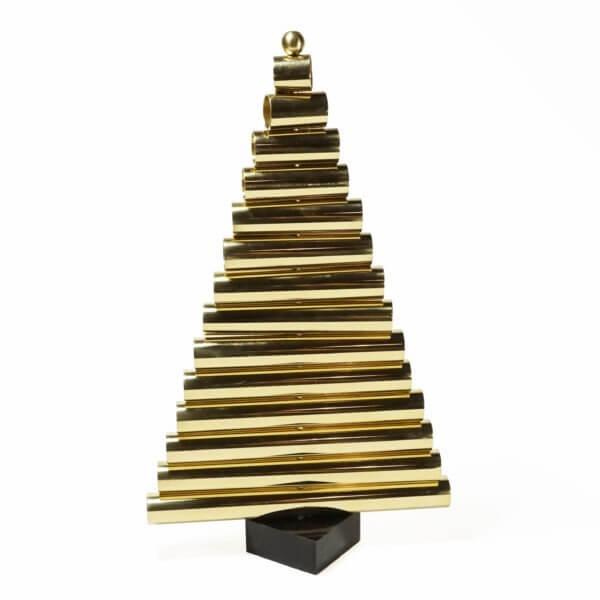 elegancka dekoracja świąteczna w kształcie choinki wykonana z rurek mosiężnych i granitu